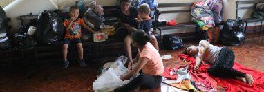 Las familias afectadas en la aldea Aceituno, Escuintla, perdieron la mayoría de sus pertenencias debido al desborde del río del mismo nombre. (Foto Prensa Libre: Carlos Paredes)