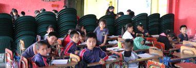 Estudiantes de la escuela Barrio Norte en Quiché  reciben clases en el salón de usos múltiples. (Foto Prensa Libre: Héctor Cordero)
