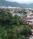 Al menos 20 viviendas de la colonia Balcones 2, Palín, Escuintla, se ubican en la orilla de un barranco. (Foto Prensa Libre: Carlos Paredes)