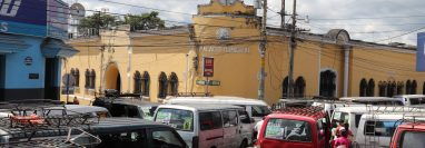 Pilotos y transportistas del servicio urbano en Mazatenango cumplen 24 horas frente a la comuna exigen la destitución del jefe la Policía de Tránsito. (Foto Prensa Libre: M. Tunchez)