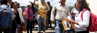 Un grupo de trabajadores toma las instalaciones del Ministerio de Agricultura en Huehuetenango, para exigir el pago de cuatro meses de salario. (Foto Prensa Libre: Mike Castillo)