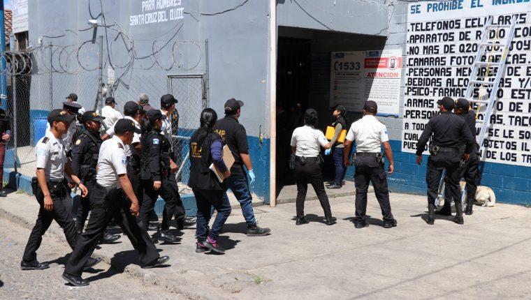 Con regularidad el Ministerio Público y la Policía Nacional Civil requisan el Centro Preventivo para Hombres en Quiché. (Foto Prensa Libre: Héctor Cordero).