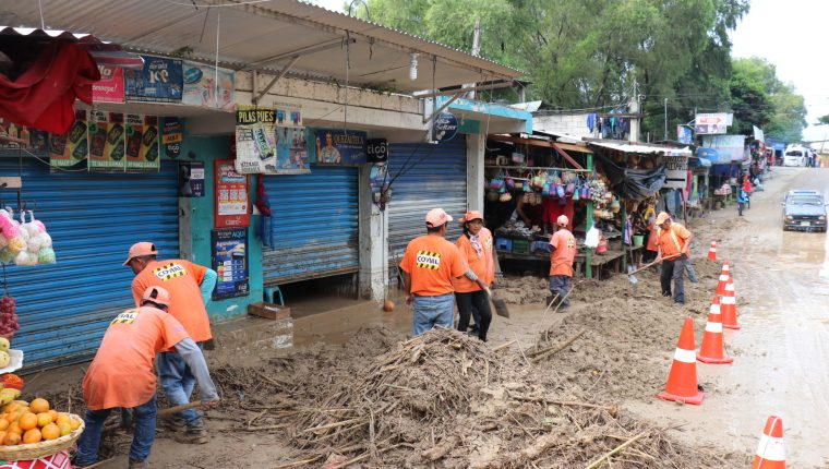 Correntada anega ocho comercios, bloquea carretera y daña red de agua entubada en Sacapulas, Quiché. (Foto Prensa Libre: Héctor Cordero)