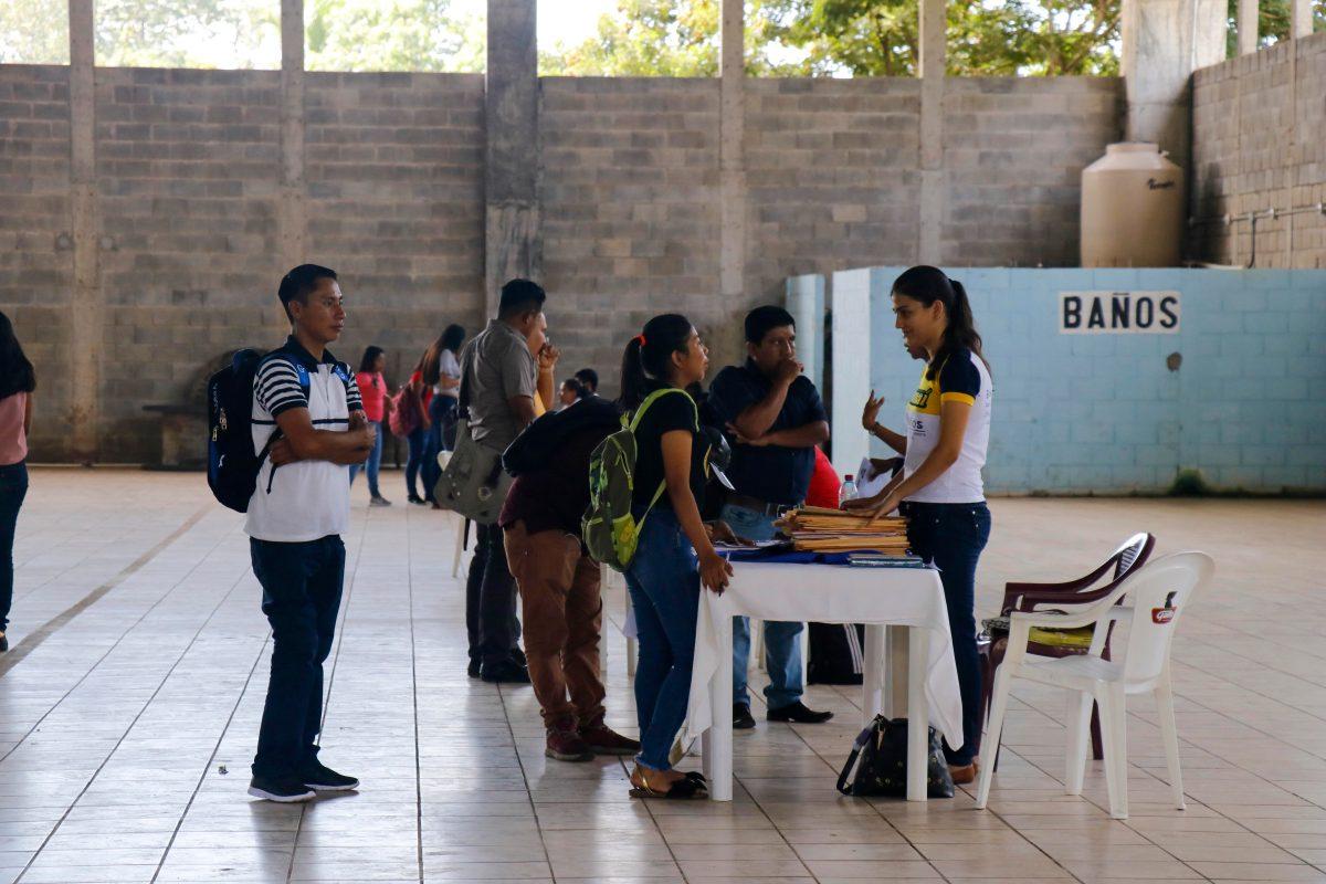 Jóvenes buscan una oportunidad laboral en el primer kiosko de empleo en Retalhuleu