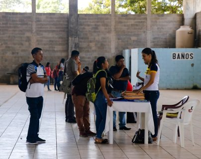 Cientos de jóvenes retaltecos acudieron en busca de una plaza laboral en el primer kiosko del  empleo. (Foto Prensa Libre: Rolando Miranda)