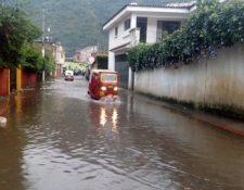 La intensa lluvia de esta tarde provocó inundaciones y la crecida del río San Francisco en Sololá. (Foto Prensa Libre: Conred)