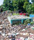 acumulación de basura amenaza sepultar cementerio en Retalhuleu. (Foto Prensa Libre: Rolando Miranda)