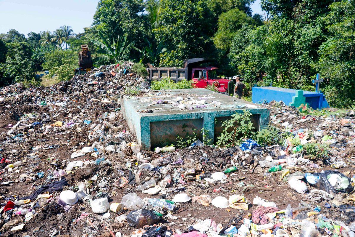 Vecinos tiran la basura en cementerio y desechos sepultan varias tumbas