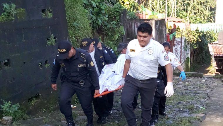 Policías y  Bomberos Voluntarios de Colomba trasladan el cadáver de Isabel Quin Lux a la morgue. (Foto Prensa Libre : Canal 3 Regional  Colomba)