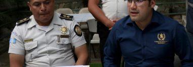 Byron Fuentes, comisario de la Policía Nacional Civil -izquierda- es señalado de agresiones contra periodistas en Huehuetenango. (Foto Prensa Libre: Hemeroteca PL)