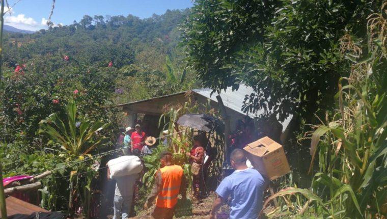 Vecinos del caserío Tacaná, San Ildefonso Ixtahuacán, Huehuetenango, llevan víveres a la familia afectada. (Foto Prensa Libre: Mike Castillo)