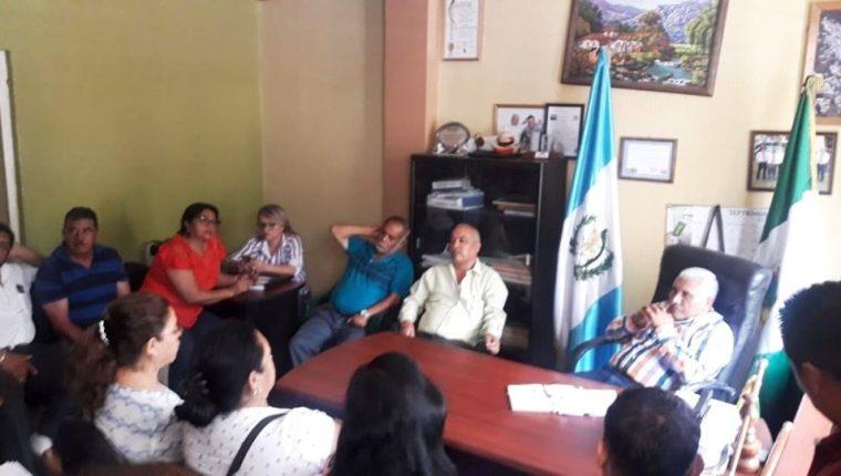 Vecinos de La Democracia, Huehuetenago, se durante una reunión con el alcalde Amílcar Montejo, -camisa con líneas de colores- (Foto Prensa Libre; Cortesía)