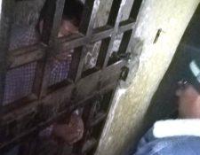 Una persona detenida en el calabozo en Concepción Tutuapa expone su situación al relator Otto Paz. (Foto Prensa Libre: Cortesía)