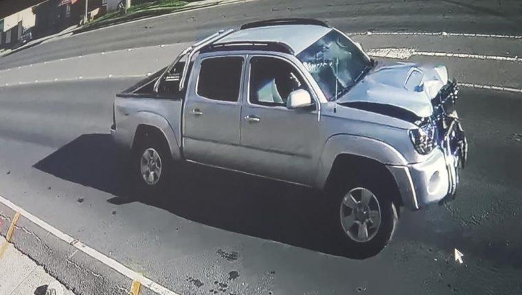 Las mujeres y el motorista fueron arrollados por este picop que fue captado por una cámara de seguridad. (Foto Prensa Libre:  Henry López)