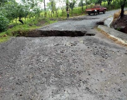 Un muerto, inundaciones y daños en caminos deja la lluvia en Coatepeque
