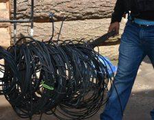 La Policía Nacional Civil decomisó cientos de metros de cable que los reos usan para sacar llamadas. (Foto Prensa Libre: Cortesía)