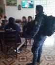 La Policía Nacional Civil interceptó a 10 migrantes  en la ruta Interamericana. (Foto Prensa Libre: Cortesía)