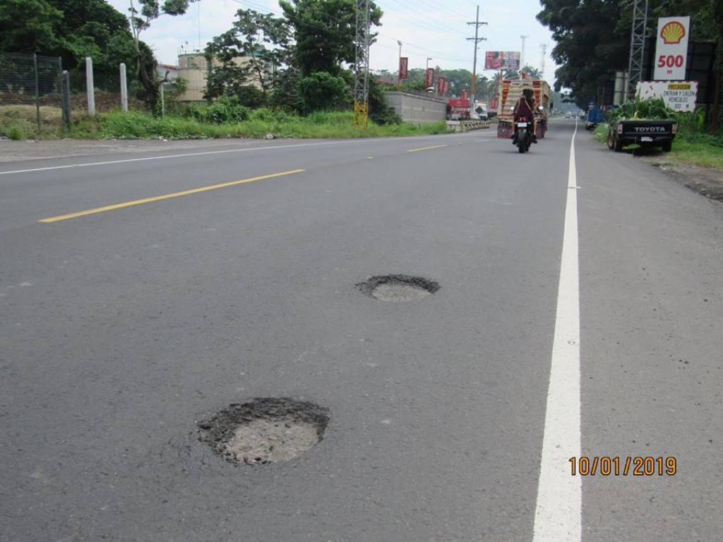 Aparecen baches y cambian asfalto en la ruta CA-2 de Retalhuleu a Tecún Umán reparada este año