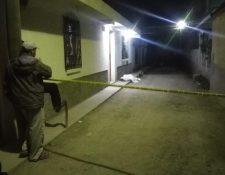 Curiosos observan el trabajo de la Policía Nacional Civil en el lugar donde ocurrió el ataque armado en Huehuetenango. (Foto Prensa Libre: Mike Castillo)