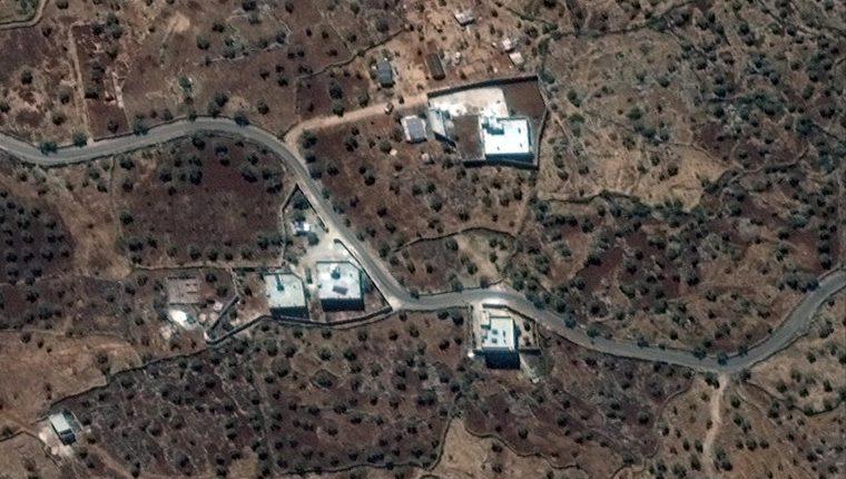 Una foto de folleto puesta a disposición por Maxar el 27 de octubre de 2019 muestra una imagen de satélite tomada el 28 de septiembre de 2019 de la residencia reportada del ex líder del ISIS, Abu Bakr al-Baghdadi en el noroeste de Siria. (Foto Prensa Libre: EFE)