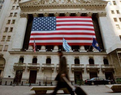Esta es la tercera disminución consecutiva en tres meses después de que la Fed subiera las tasas nueve veces desde finales de 2015. (Foto Prensa Libre: AFP)