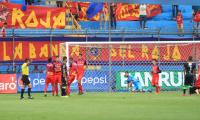 Los rojos festejan la anotación de Carlos Gallardo sobre Antigua GFC. (Foto Prensa Libre: Norvin Mendoza)
