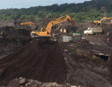 Maquinaria busca a víctimas de erupción del Volcán de Fuego en San Miguel Los Lotes. (Foto Prensa Libre: Cortesía Conred).