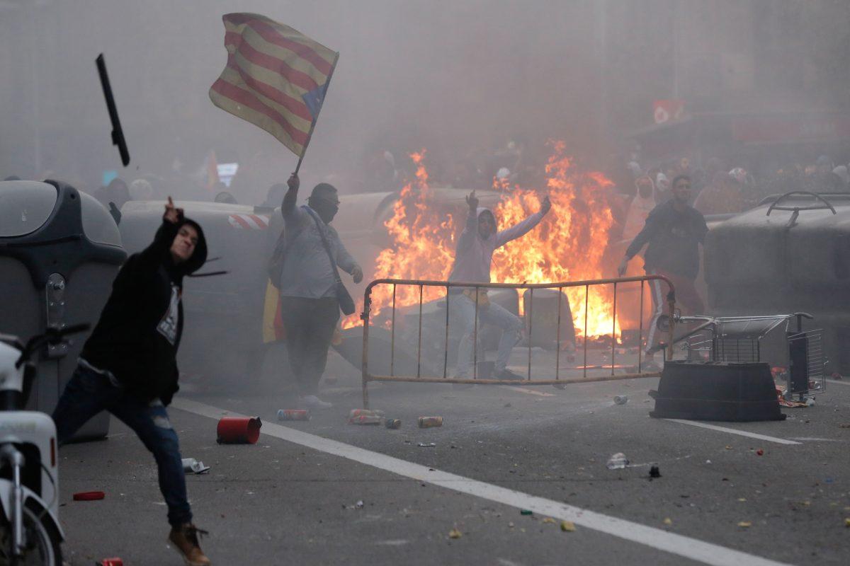 """""""Seguiremos aquí hasta que nos escuchen"""": medio millón de independentistas se congregan en Barcelona y estallan los disturbios"""