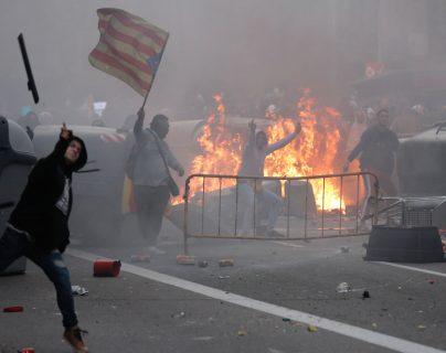 Los manifestantes exigen la liberación de los líderes secesionistas. (Foto Prensa Libre: AFP)