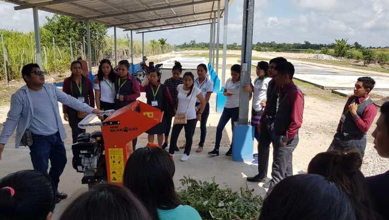 Vecinos de San Andrés, Petén, han sido capacitados sobre el manejo de desechos sólidos y reciclaje. (Foto Prensa Libre: Dony Stewart)