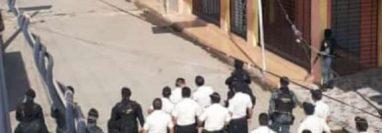 Agentes de la PNC resguardan el área cercana a la frontera con México, en Tecún Umán, San Marcos. (Foto Prensa Libre: Alexander Coyoy)