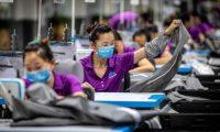 -FOTODELDÍA- EPA8877. DONGGUAN (CHINA), 08/05/2019.- Empleados trabajan, este martes 7, en una fábrica de productos para bebés en Dongguan (China). La desaceleración de las exportaciones chinas en abril, más pronunciada que lo previsto por los analistas, abre nuevos interrogantes en torno a la salud de su economía, mientras parece alejarse una solución para poner fin a su guerra arancelaria con Estados Unidos. A esta caída hay que sumar el riesgo, advierte el economista, de que el presidente estadounidense, Donald Trump, cumpla su amenaza de imponer nuevos aranceles a China a partir de este viernes. EFE/ Aleksandar Plavevski