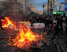 Manifestantes encendían hogueras en Vaparaíso, durante protestas contra el incremento al costo del metro de Santiago de Chile. (Foto Prensa Libre: AFP)