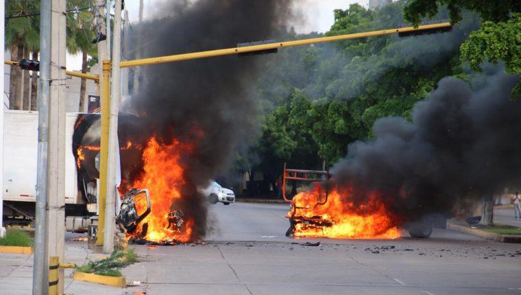 vehículos se incendian en una calle de Culiacán, Sinaloa, México, durante los ataques del 17 de octubre de 2019 para impedir la captura del hijo del Chapo Guzmán. (Foto Prensa Libre: AFP)