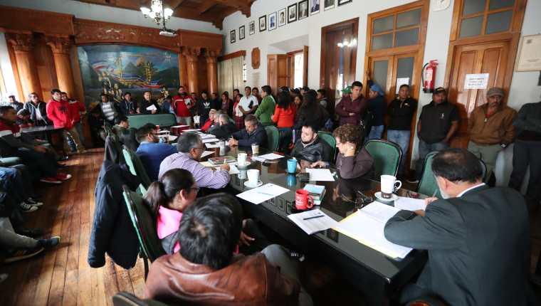 Los transportistas llegaron a la Municipalidad de Quetzaltenango el miércoles 16 de octubre, el Concejo resolvió que tendrá una respuesta a sus peticiones el 30 de noviembre. (Foto Prensa Libre: María Longo)