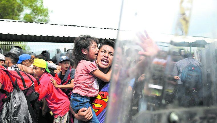 Un hombre con su hija intenta ser aceptado en la frontera mexicana en Ciudad Hidalgo. El irrespeto de los derechos humanos es una preocupación de grupos humanitarios. (Foto Prensa Libre: Hemeroteca PL)