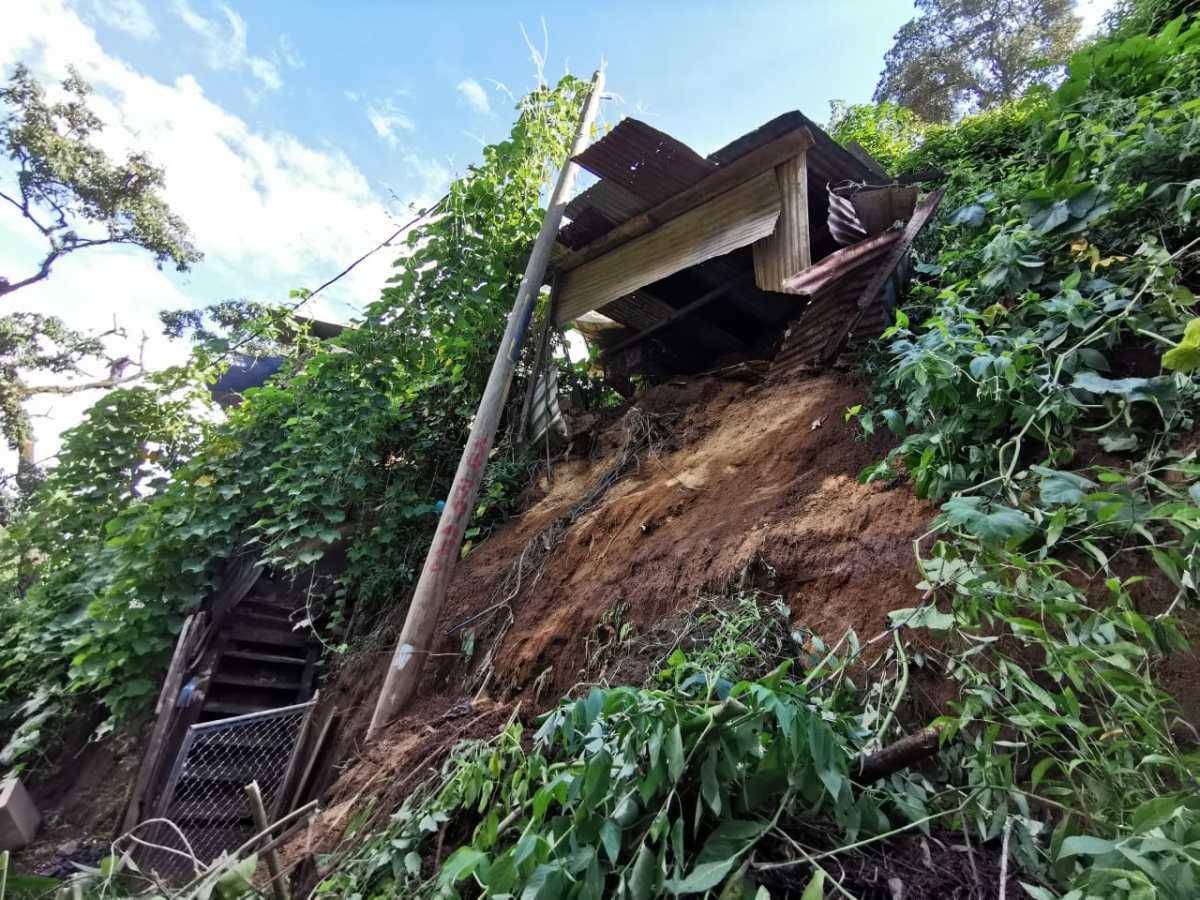 Al borde del precipicio, así viven vecinos de Río Seco 2, quienes temen una tragedia
