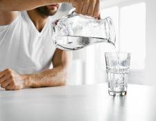 La medida estándar para un adulto es tomar ocho vasos (dos litros) de agua al día. Sin embargo, esto puede variar según su estilo de vida y condición médica. (Foto Prensa Libre: Servicios).