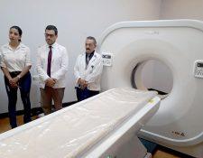 Autoridades del Hospital Antonio Penados del Barrio de San Benito, Petén, reciben el nuevo equipo de tomografía. (Foto Prensa Libre: Dony Stewart)