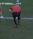 El árbitro Salvatore Tuttifruti tuvo que terminar dirigiendo el partido en sustitución de Luca Barbeno. (Foto Prensa Libre: Captura de pantalla)