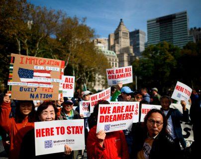 """Centenares de """"dreamers"""" y activistas proinmigración marcharon desde Nueva York a Washington. (Foto Prensa Libre: AFP)"""