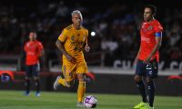 Leobardo Lopez (R) of Veracruz watches Eduardo Vargas (R) of Tigres driving the ball   during the Mexican Apertura 2019 tournament football match at Luis Pirata Fuente stadium in Veracruz, Veracruz state, Mexico on October 18, 2019. - Veracruz players did not engage on the game for the  first five minutes of the match to protest not receiving their salaries and received two goals. (Photo by VICTOR CRUZ / AFP)