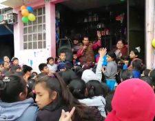Unos 150 niños llegaron a la tienda de Don Manuel que con 74 años sigue con la motivación de celebrarle a los niños. (Foto Prensa Libre: Raúl Juárez)