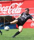 El delantero argentino Gonzalo Vivanco se ha reencontrado con el gol. (Foto Prensa Libre: Raúl Juárez)