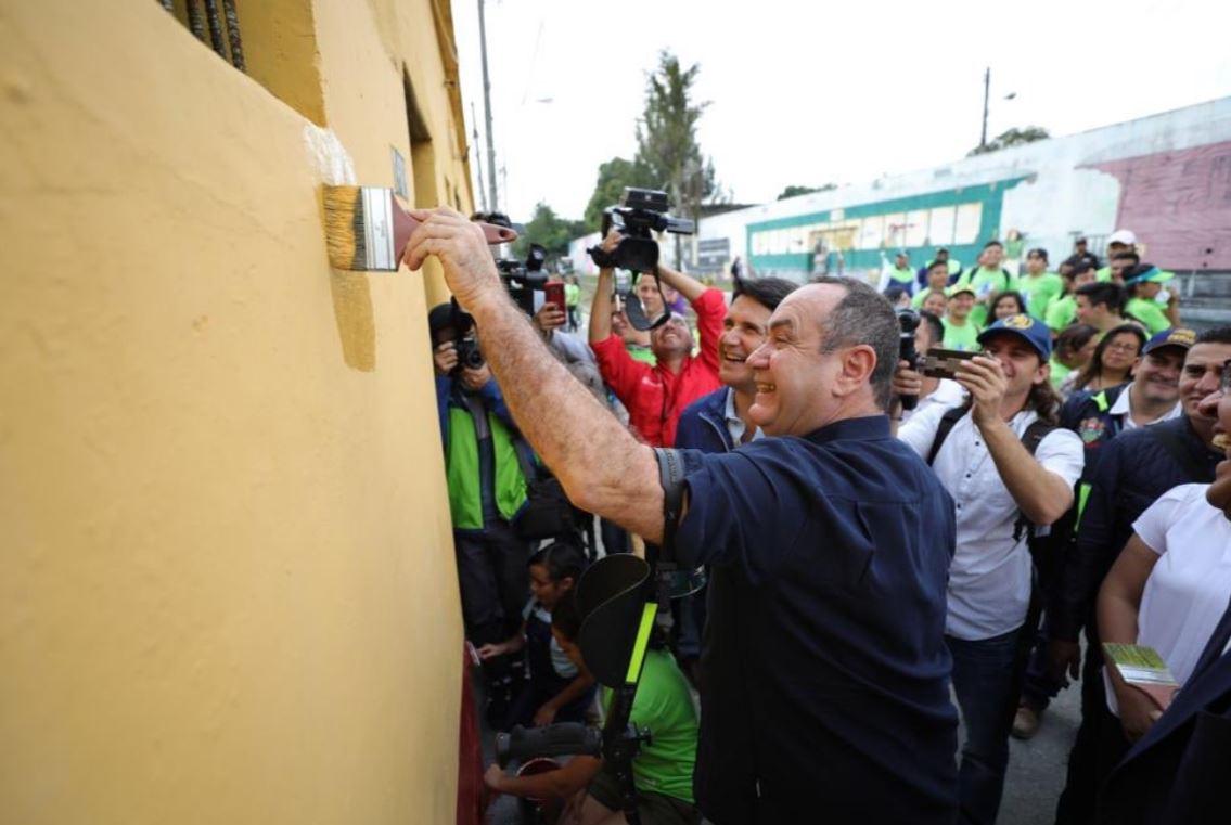 Cientos de voluntarios pintan y limpian calles por donde pasará el tren