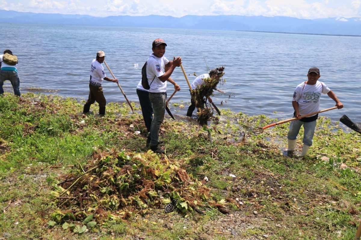 En tiempo de veda, pescadores limpian el Lago de Izabal y ganan Q100 diarios