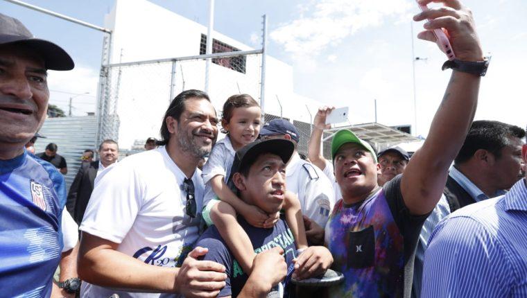 Carlos Ruiz se fotografío con los asistentes a la inauguración de su escuela de futbol. (Foto Prensa Libre: Esbin García)