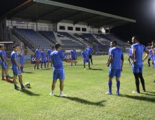 Los jugadores de la Bicolor hacen la ruedita durante el reconocimiento de la cancha en Anguila. (Foto Prensa Libre: Fedefut)