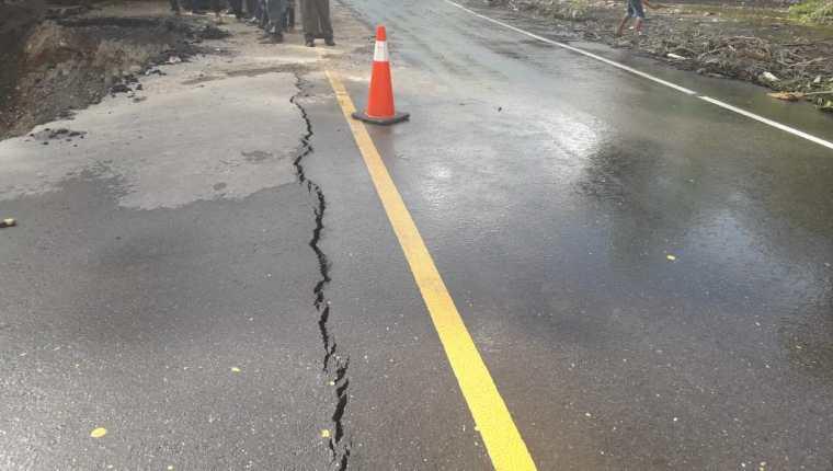 Un carril colapsó en  el kilómetro 212 en Camotán, Chiquimula. (Foto Prensa Libre: Conred)