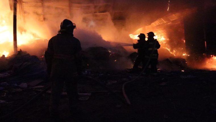 Decenas de bomberos acudieron a la emergencia para sofocar el fuego en una recicladora en la zona tres de la Ciudad de Guatemala. (Foto Prensa Libre: Bomberos Voluntarios)